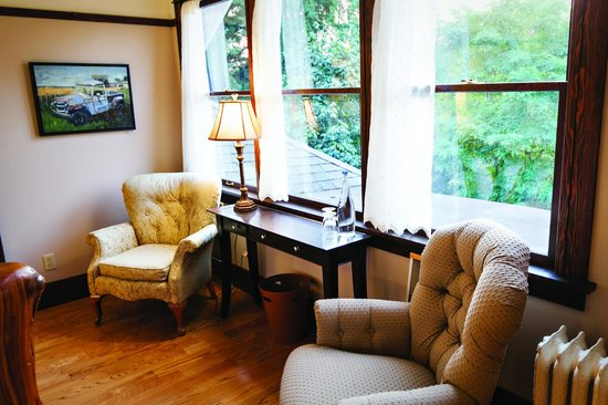 The Gatewood Bed and Breakfast: Harper Room seating