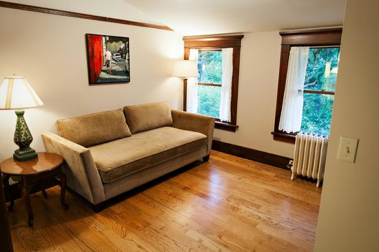The Gatewood Bed and Breakfast: Harper Room lounge