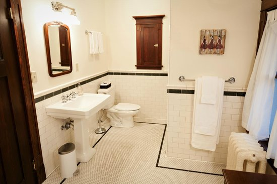 The Gatewood Bed and Breakfast: Harper Bathroom