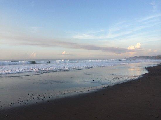 Bali Diamond Villas: Waves of Keramas beach and the unique black sand which shines!
