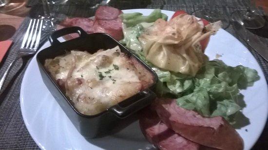 La Sergenterie : Morbiflette, saucisse de morteau, trio de fromage en brick et salade