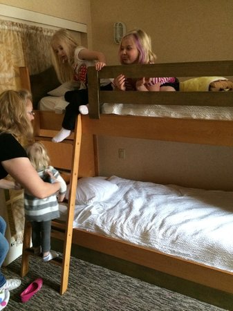 Portofino Inn & Suites Anaheim Hotel : The girls playing on the bunk beds