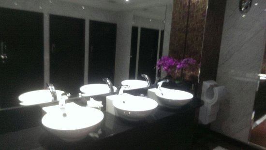DoubleTree by Hilton Hotel London - Marble Arch: Nice clean bathroom in bar area