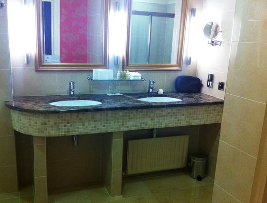 Slieve Russell Hotel Golf and Country Club: Double sinks