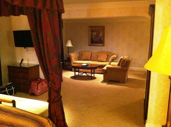 Slieve Russell Hotel Golf and Country Club: Seating area from bed