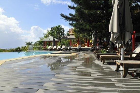 Le Rayon Vert: le deck de la piscine