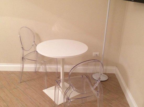 Morelli 49 B&B: tavolo e sedie