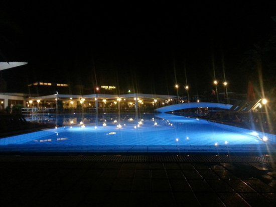 Atlantica Aeneas Hotel: Piscina principal de noche