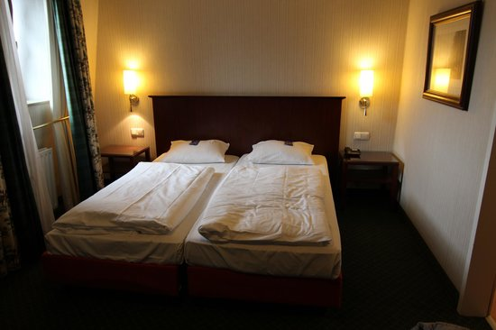 The Ascot Hotel Cologne: Twin bed