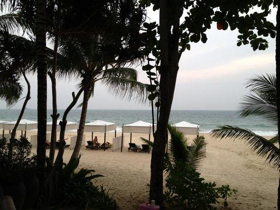 Andaman White Beach Resort: Это вид на пляж и море с виллы