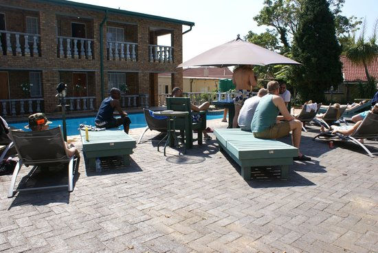 Emerald Guest House: Guests enjoying the swimming pool