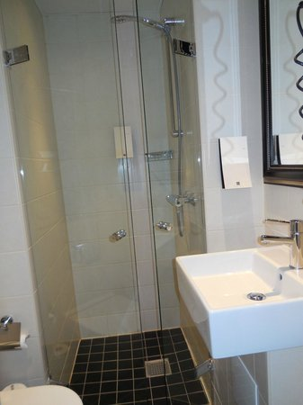 First Hotel Mayfair: bathroom