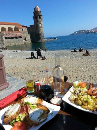 Chez Simone: Un dimanche en terrasse sous le soleil de Collioure. Accueil toujours aussi excellent,  tapas, s