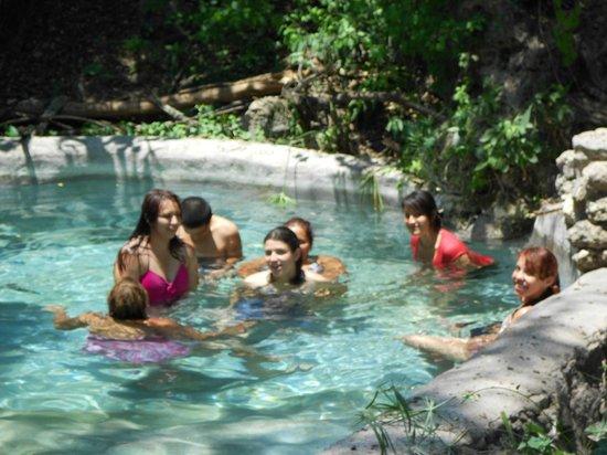 Los Manantiales : aguas cristalinas a una temperatura de 28°c
