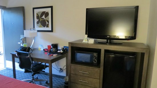 Best Western Plus Austin City Hotel: TV and work area