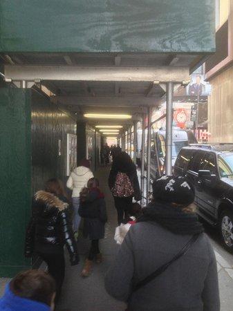 New York Marriott Marquis : Entrée sur le côté sous échafaudages ...