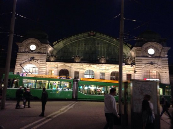 Bazylea, Szwajcaria: Basel SBB station at night
