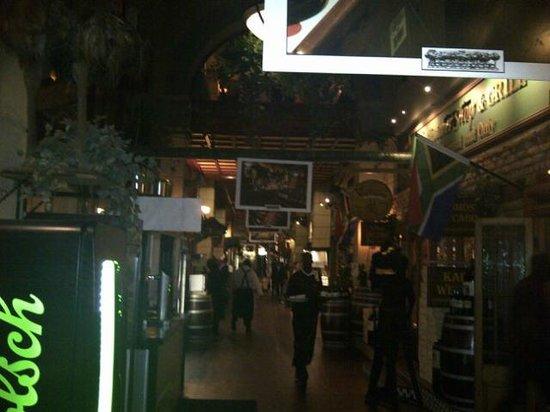 The Butcher Shop & Grill: Passage entre les différentes salle du restaurant