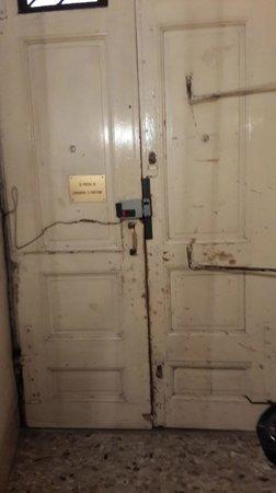 Rome 55: внутренняя сторона двери подъезда