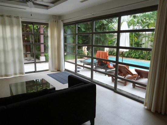 Bangtao Private Villas: Wohnraum mit Blick zur Terrasse / Pool