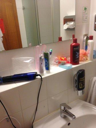 Germania Hotel: зеркало и раковина