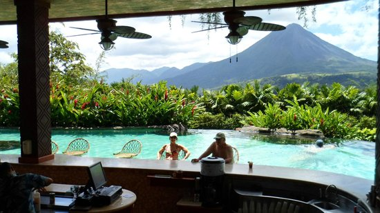 The Springs Resort and Spa: Swim up bar with volcano view