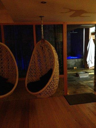 Hotel La Serenella: area relax e dietro la jacuzzi