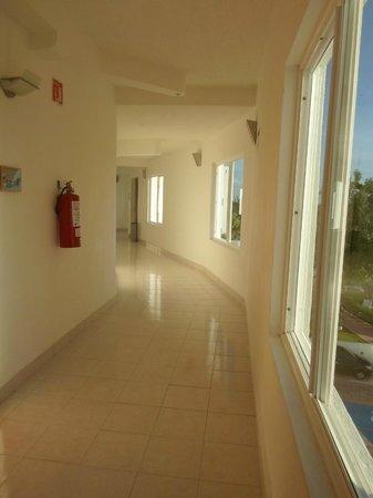 Holiday Inn Cancun Arenas: Corredores ampilos y muy iluminados...!!!