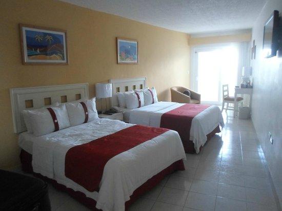 Holiday Inn Cancun Arenas : Hermosos y amplios Sommiers nuevos . Ropa de cama excelente