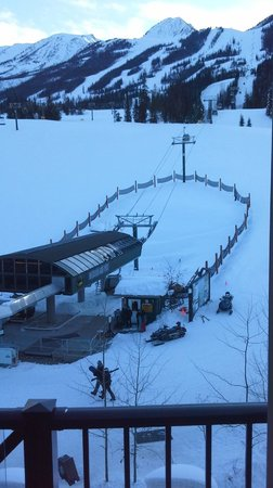 Glacier Mountaineer Lodge: To sleep closer to the ski slopes you need to rent a gondola.