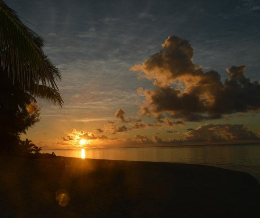 Little Polynesian Resort : Sunrise on the beach in front of out bungalow
