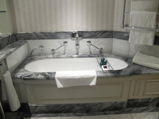Hotel Kamp: Marble bath and rubber duck