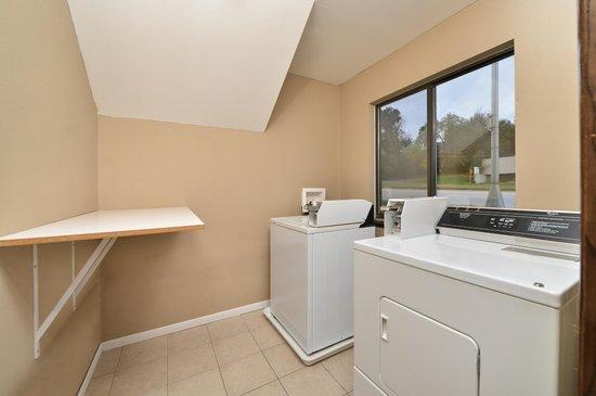 Super 8 Rochester Mayo Clinic Area: Public Laundry