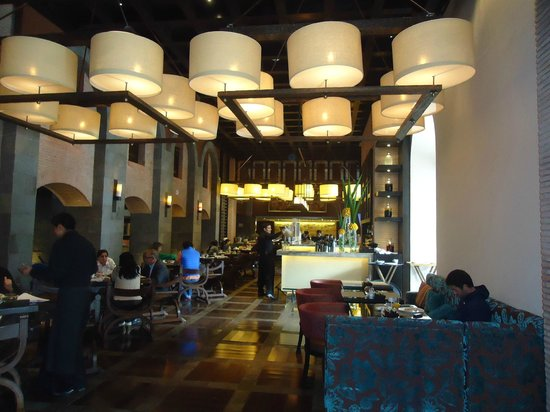 JW Marriott El Convento Cusco: breakfast bar area