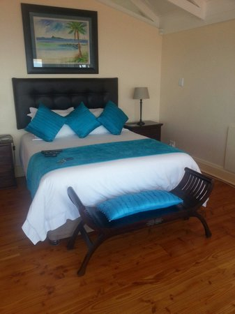 Aquamarine Guest House: The bed!