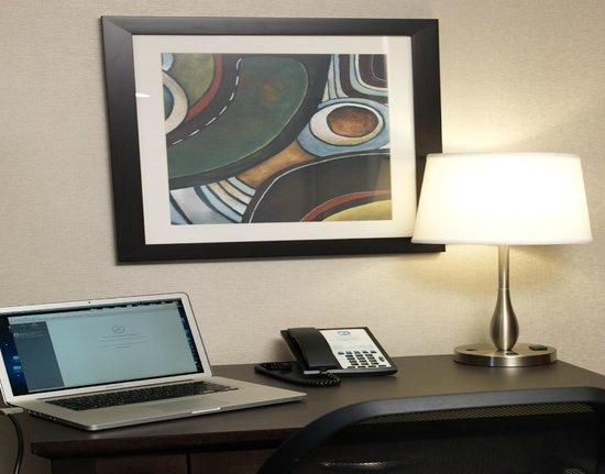 Regency Suites Hotel Calgary: Desk