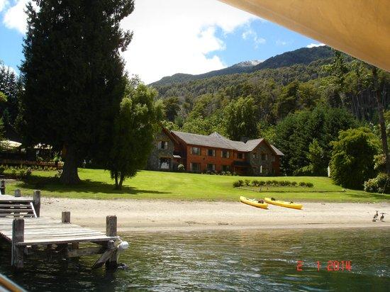 La Escondida Casa de Huespedes & Spa: Vista playa y hosteria desde el lago