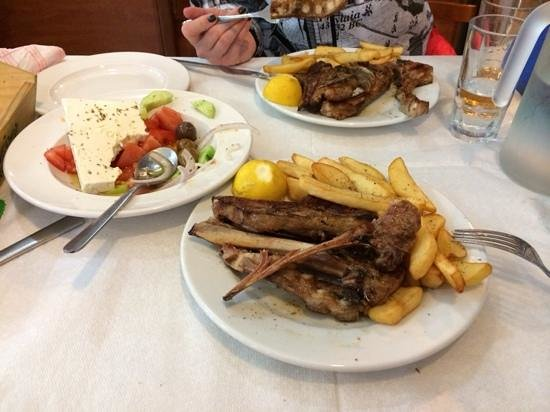 Arcadia Restaurant: 2 порции барашка и салат по гречески