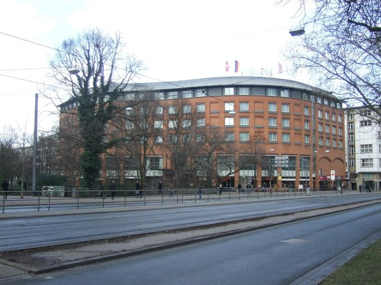 Swissôtel Bremen: Hotel from the street