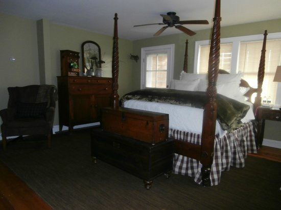 The Farmhouse Bed and Breakfast: Suite 1 with private en-suite bath, double shower and heated floors