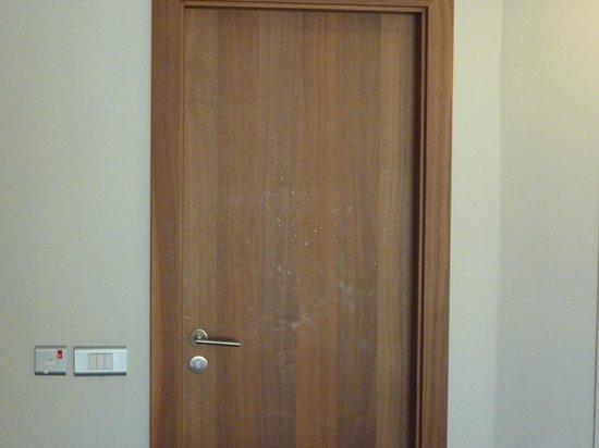 Hilton Malta : Cleanliness of Bathroom Door