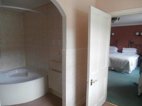 Kenmore Hotel: Bathroom looking to bedroom