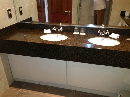 Lake Hotel: Room 417 Bathroom