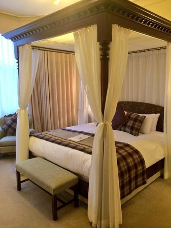 The Falcon Hotel: Four poster bed!