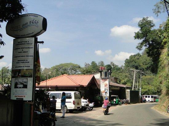 Hotel Ganga Addara: voorzijde hotel