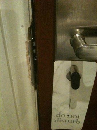 Westbury Hotel Kensington: Porte cassée