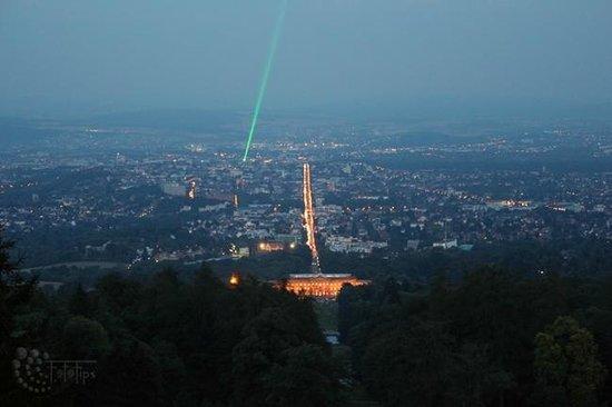 Herkules-Statue: Bergpark bei Nacht