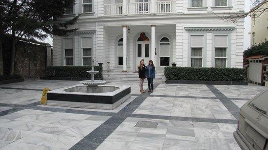 Bosphorus Palace Hotel: Vorhof mit massivem Carraramarmor