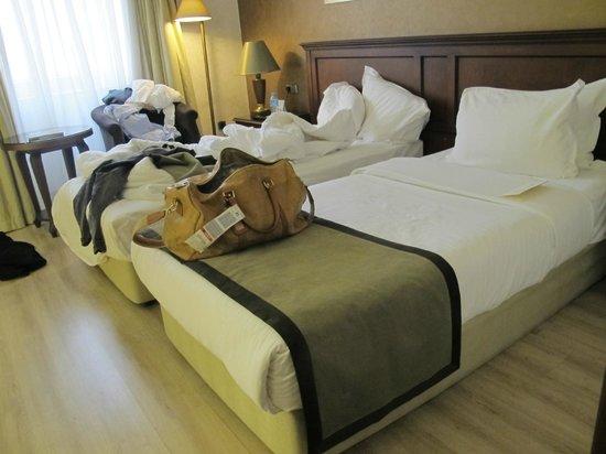 LaresPark Hotel: Comfy bed.
