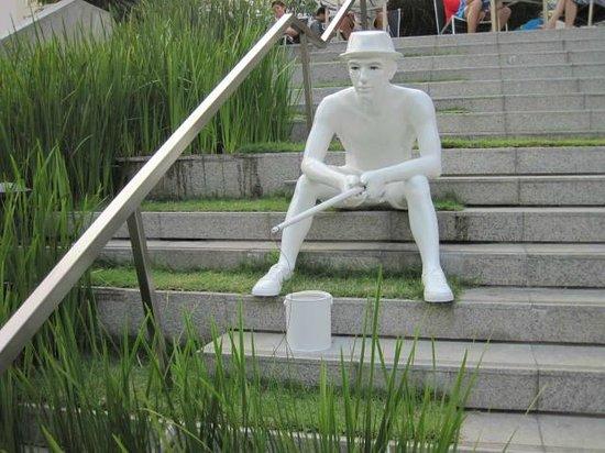 LiT BANGKOK Hotel: sculpture on steps